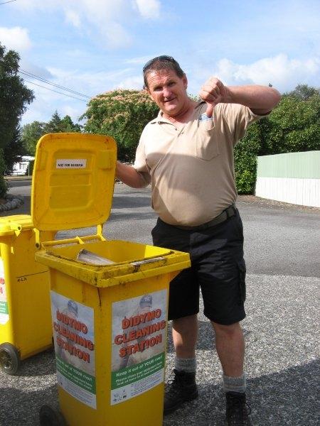 didymo-dave-and-rubbish-bin